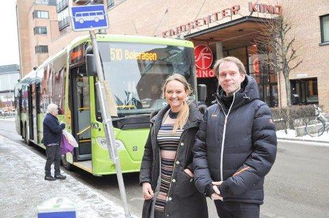 TA BUSSEN: Olav Raanaas Moen og Cathrine Myhren i Ruter håper flere vil ta bussen når det blir timinutters avganger mellom Bøleråsen og Drøbak lørdagene frem til jul.