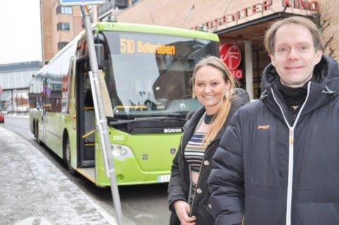 FLERE AVGANGER: - Vi håper flere til la bilen stå og heller velge å reisekollektivt på julehandel i Ski, sier Cathrine Myhren og Olav Raanaas Moen i Ruter.