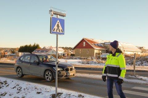 SER AT DU KOMMER: Sensorer på trafikkskiltene registrerer når noen nærmer seg og setter i gang blinklysene på toppen av skiltet. Overingeniør Morten Sandaker tester ut teknikken.