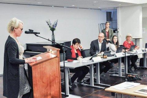 ÅS-BUDSJETTET: Aps gruppeleder,Laila P. Nordsveen på talerstolen under budsjettbehandlingen der hun argumenterte mot innføring av eiendomsskatt og vant. I bakgrunnen SVs Kristine Lien Skog som er for eiendomsskatt.