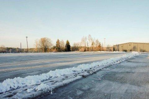 SVØMMEHALL: En ny svømmehall i Ås kan bli lagt til et område ved Ås stadion og ungdomsskolen.