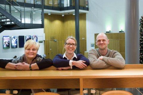 STOLTE: – Vi er stolte av Kolbens kulturprogram for 2018, sier fra venstre kulturhusleder Lone Schrøder, Britt Gustavsen og Tore Gjedrem, begge kulturhuskonsulenter.