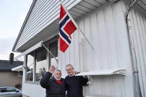 FLAGGDAG: Jan Baker hjelper naboen Johan Alnes med å få flagget på topps for å feire at Ås kommune skal bestå som i dag.