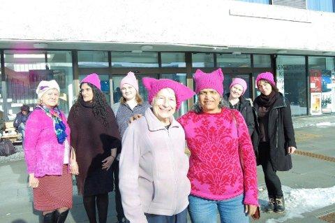 KVINNEDAGEN: De oppfordrer alle til å gå med rosa luer i 8. mars-toget. Foran Gladys Wegge og Saroj Pal. Bak fra venstre Grazyna Englund, Saima Mushtaq, Maria Solbrekke Mäkinen, Myfanwy Moore og Deusa Jespersen.