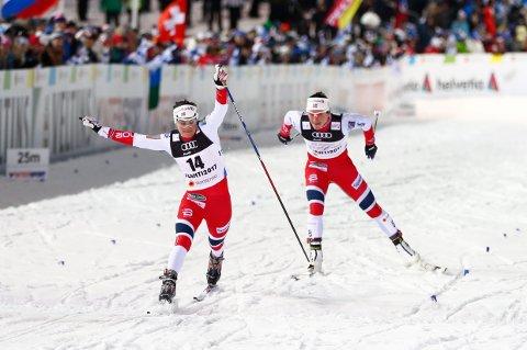Heidi Weng ble nummer tre i semifinalen på dagens sprint. Det holdt ikke til finale. Her er hun i aksjon i kvartfinalen hvor hun spurter i mål foran Marit Bjørgen.