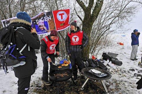 Sveler: Ann Kristin Stokke (t.v.) og Ingvild Storvold fra Barnas turlag i Ås, fikk avsetning for nystekte sveler. FOTO: Henrik Christie