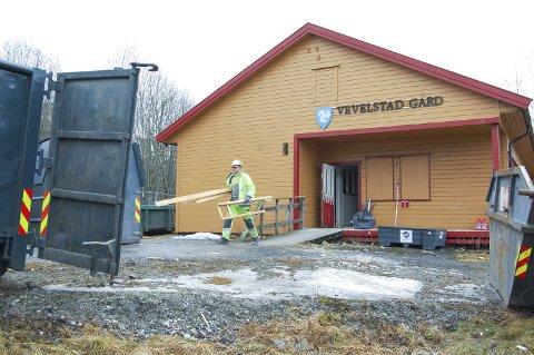 BORTE i LØPET AV NOEN UKER: Arbeiderne er nå i ferd med å rive den gamle fritidsklubben på Langhus.