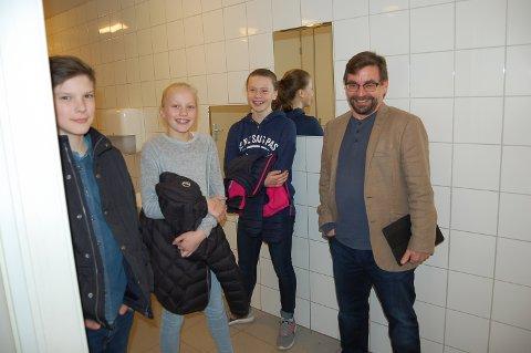GLAD GJENG PÅ DOBESØK: Patrick Helland Anderson, Maria Mikaelsen og Beate Lysne setter pris på gladmeldingen fra Bård Hogstad, som leder eiendomsutvalget i Ski.