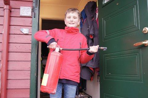 FORHINDRET STORBRANN: Odin Theodor Sand Buhler med brannslukkingsapparatet han brukte for å slukke brannen på kjøkkenet.