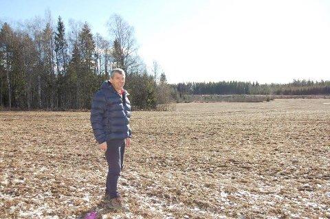 KAN BYGGES UT: - Jorda her er av dårlig kvalitet, sier Thorvald Sverdrup som er grunneier for en del av det 115 dekar store området som kan bebygges med inntil 800 boenheter. Området ligger øst for Søndre Tverrvei.