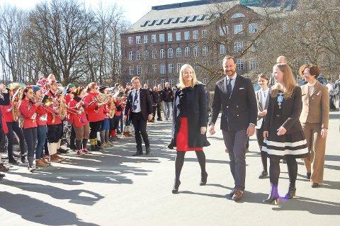 Kronprinsparets ble møtt av hornmusikk da de kom ut av Urbygningen. Her på vei til Vitenparken med rektor Mari Sundli Tveit.