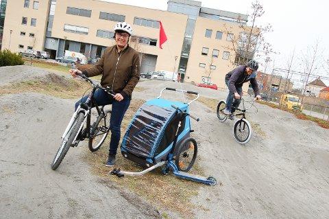 SYKLER FOR ALLE: Bibliotekar Inger Astrid Nagel-Alme velger seg en straight damesykkel, mens ungdomsbibliotekar Hans Martin Enger tester ut pump track-banen bak Kolben med BMX.