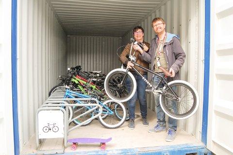 BUA FULL: Containeren utenfor Kolben er full av sykler for alle aldre som Oppegård bibliotek låner ut gratis. Her ved Inger Astrid Nagel-Alme og Hans Martin Enger.