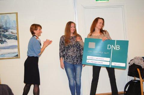TAKKNEMLIGE MOTTAKERE: Banksjef Britt Øvretvedt delte ut 32.000 kroner til Siggerud skolekorps.