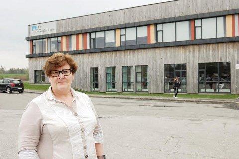 BLIR ENDA STØRRE: - Jeg er glad på elevenes vegne, sier rektor Anne Karin Øksnevad. Bygget i bakgrunnen i to etasjer får en tredje etasje.