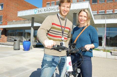 STØTTE TIL ELSYKKEL: Miljøvernrådgiver Anders Berggren og varaordfører Camilla Hille gleder seg til at elsyklistene blir et vanlig syn i bybildet i Ski.