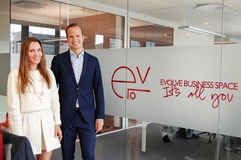 ARBEIDSPLASSER I ÅS: Marianne Wollan i Evolve og Andreas Pay i Ås Torg AS, har signert avtalen som betyr at det etableres 40 kontorarbeidsplasser i Raveien 2 i Ås sentrum.