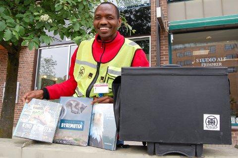 SOMMERJOBB: Fra nå avog til 20. september skal Peter Esekon reise rundt i Follo og selge bøker.