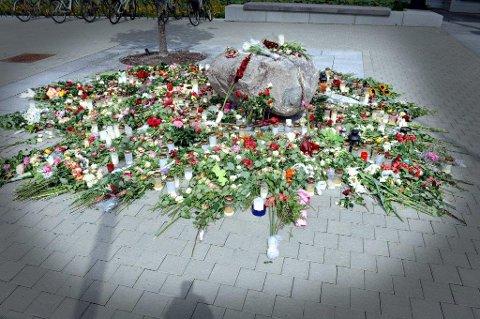 BLOMSTERHAV: Også utenfor Ski rådhus etter markeringen mot terrorhandlingen 22. juli 2011.