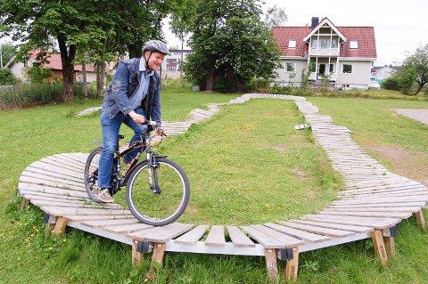SYKKELBANE: Morten Ellingsen i berg- og dalbanen i Vestraatparken i Ski. Ønsker nabolaget seg noe sånt, kan de søke om penger til materialer fra Nabolagsmillionen.