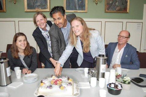 DØREN ER ÅPNET: Solveig Schytz (til venstre), Abid Raja og Ketil Kjenseth (til høyre) delte gledelig kake med direktør i Norsk Vann Toril Hofshagen og rektor Mari Sundli Tveit for å feire at døren er åpnet til kompetansesenteret for vann- og avløpsledninger.