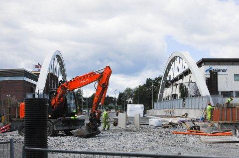 Det jobbes på spreng for å få ferdigstilt jernbanebroen til planlagt dato.