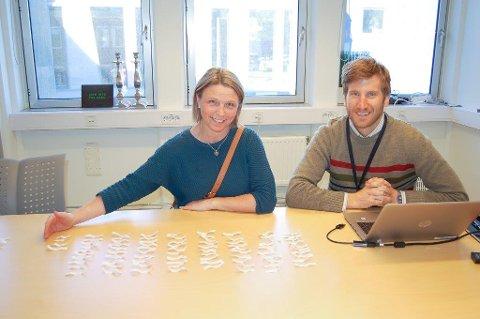 LODDTREKKING: I mai trakk varaordfører Camilla Hille ut 87 navn pluss 25 på venteliste som fikk tilbud om støtte til kjøp av elsykkel. Miljøvernrådgiver Anders Berggren noterer navnene.