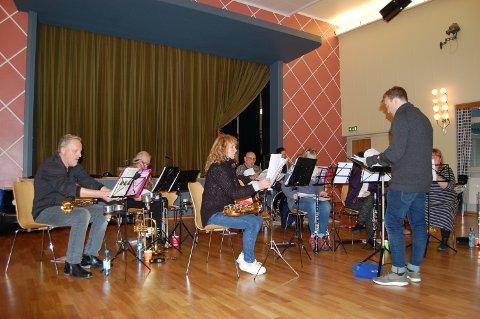 INVITERER: Kråkstad Musikkorps håper på godt oppmøte under konserten i kirken søndag kveld.