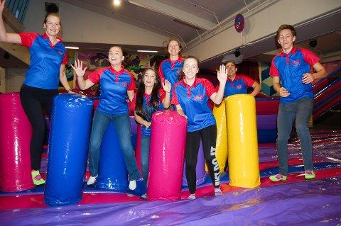 I GANG: Kreativ leder Aleksandra Marjanska (nummer 4 fra venstre) og noen av vertene på Sprett aktivitetspark på åpningsdagen.