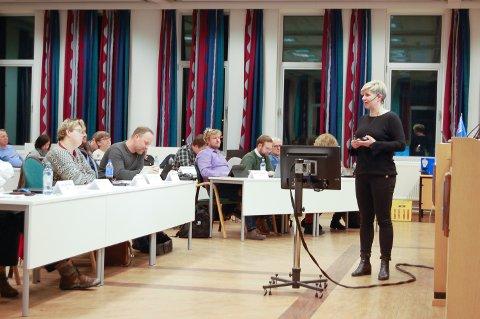 BEKYMRET: Morten Ellingsen (Ap) i lilla skjorte ble bekymret etter å ha høtr prosjektleder Elin Bustnes Amundsen spå at trafikken i Oppegårdveien vil øke kraftig når det kommer bommer på nye E18 gjennom Follo.