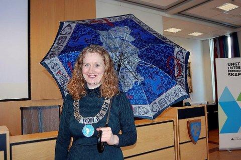 SKI-PARAPLY: Her viser tidligere ordfører Tuva Moflag frem hva som skjuler seg på undersiden av paraplyen fra Ski.