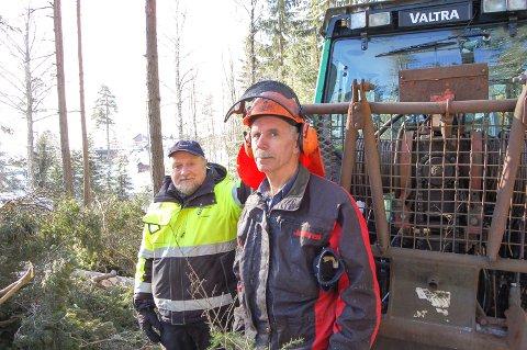 FRA FOSSILT TIL FORNYBART: Skogbestyrer Reidar Haugen og skogsarbeider Svein Gustavsen har ikke merket noen forskjell etter at kommuneskogen i januar gikk over til å bruke biodiesel i stedet for vanlig diesel på skogstraktorene - bortsett fra lukten, da.
