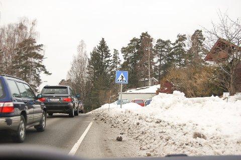IKKE SLIK: I dag må gående og syklende krysse Langhusveien flere ganger. Når den nye gang- og sykkelveien står ferdig i 2019, kan du holde deg på samme side hele tiden.