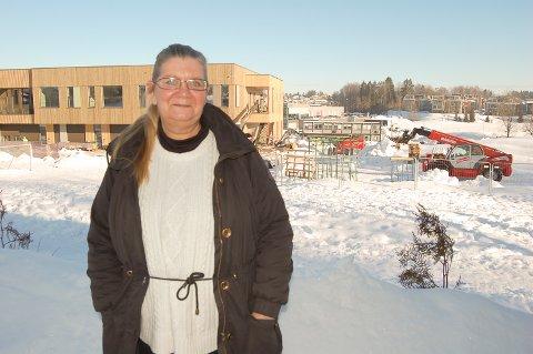 VIL IKKE HA NÆRING: Gro Haug står ved siden av nye Solberg skole, med Søndre Tverrvei, Granheimtunet og Møller Follo i bakgrunnen. Her blir det næringsbygg og ikke boliger dersom området blir overført til Nordre Follo kommune, frykter hun.