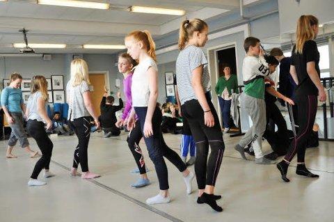 IMPROVISASJON: Danserne improviserer dans til lyden fra musikkgruppen.