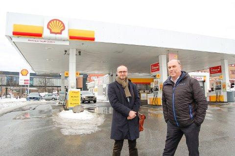 SOLGT: Trond Sejersted Bødtker (til venstre) fra Heilo Eiendom og Bård Granerud fra St1Norge AS forteller at Shell har solgt eiendommen i Jernbaneveien i Ski.