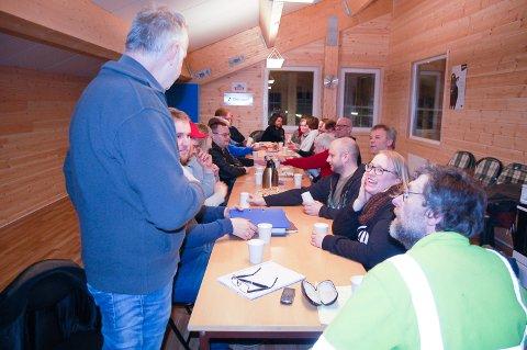 FULLT HUS: Sven Harald Østby (til venstre) og 20 andre møtte opp tilallmøte i det nye fjøset på Øvre Berger gård tirsdag kveld.