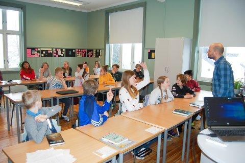 BOKSLUKERE: Siste dag før påskeferien fikk klasse 6B ved Kråkstad skole besøk av Troels Posselt fra Foreningen !Les.