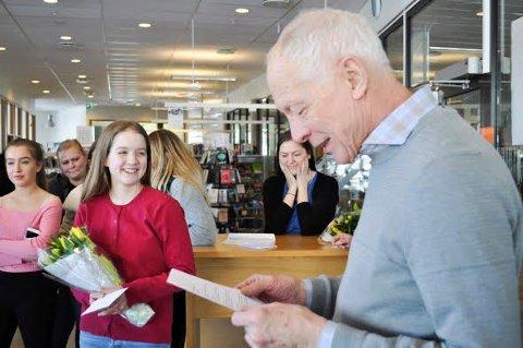 SKRIV PÅ RIM: Leiar i Ås mållag, Arne Oddvar Skjelvåg, les opp juryen si vurdering av oppgåva som fekk fyrstepremien. Vinnar Solveig French Bolstad i raudt.