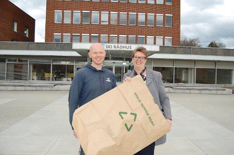 BLI MED: Kommunikasjonsleder Tore Bø Nyland og ordfører Hanne Opdan oppfordrer alle til å bli med på søppeldugnad i Ski torsdag. Papirsekkene hentes på rådhuset.