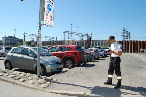 PÅ JOBB: Trafikkbetjent 695 i Ski kommune forteller at det var mange togpendlere som ble bøtelagt ved Ski stasjon i fjor da oblaten ble erstattet med en elektronisk løsning.