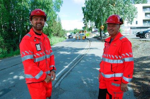 FULL STOPP: Når det skal sprenges, blir veien stengt i ti til femten minutter hver gan, forteller byggeleder Glenn Sakshaug og kontrollingeniør Frode Nielsen i Statens vegvesen.