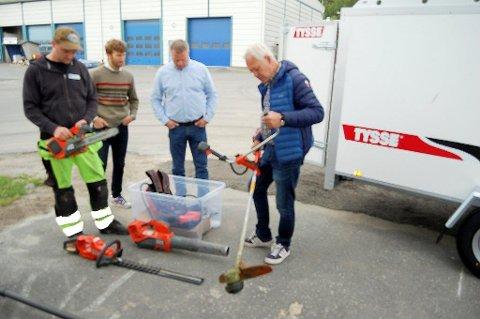 GÅR ELEKTRISK: Henrik Hjelm, Anders Berggren og Lars Erik Andersen i Ski kommune følger nøye med når Gabriel Wergeland Krog demonstrerer elektriske ganrtnerutstyr.