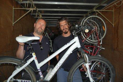 SKRIV OPP RAMMENUMMERET: Per Anders Peterson (til venstre) og Christer Engdal hos Redningsverket i Ski har gått inn flere sykler av DBS Intruder F6, fjorårets modell på XXL. Det viser hvor viktig det er å ha rammenummeret på sykkelen som er stjålet.