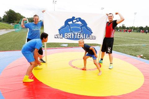 BRYTERE: Instruktør Daniel Sigde og de andre gutta fra Ski bryteklubb fikk vist seg frem under aktivitetsdagen i 2016.