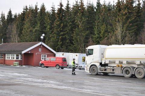 KONTROLL: Indseth Transport AS i Ski ble grundig kontrollert. Det SVV fant førte til dom i Follo tingrett. Tankbil og kontrollør på bildet,  har ingenting med saken å gjøre
