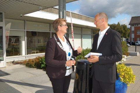 ØNSKET VELKOMMEN: Ordfører Hanne Opdan ønsket samferdselsminister Ketil Solvik-Olsen velkommen til Ski.