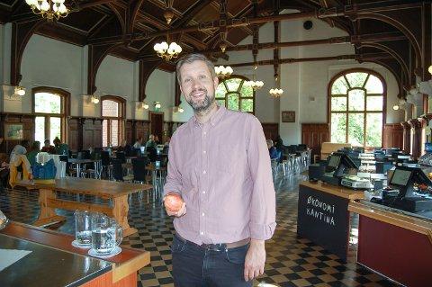 HISTORIE I VEGGENE:  Kjøkkensjef Rolf Holmberg er stolt over maten som serveres og lokalet. Økonomikantina ligger i nadre etasje i Økonomibygningen fra 1897.