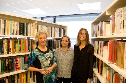 FORNØYDE: Det var stort trykk på Ås bibliotek i fjor, noe denne trioen er kjempefornøyd med. Fra venstre: Biblioteksjef Marianne Selvik, Maria Mäkinen, leder for voksenavdelingen og Ibi Engsbye ved bibliotekavdelingen på Vinterbrosenteret.