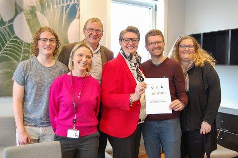 JA TAKK, BEGGE STEDER: Simen Bondevik (KrF) fra venstre, Tor Anders Østby (SCamilla Hille (V), Hanne Opdan (A9, Hans Martin Enger (MDG) og Elin Skifjell (V) har forhandlet seg frem til en politisk plattform å styre Nordre Follo kommune etter de neste fire årene.